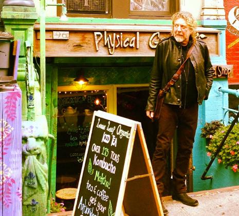 Robert Plant em frente ao prédio em 2012